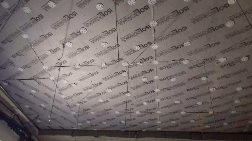 Poprawa izolacyjności sufitu w Łódzkiej Szkole Filmowej. Pomiędzy płytami Mustwall 20 widać system podwieszenia, na których będzie mocowany sufit podwieszany.