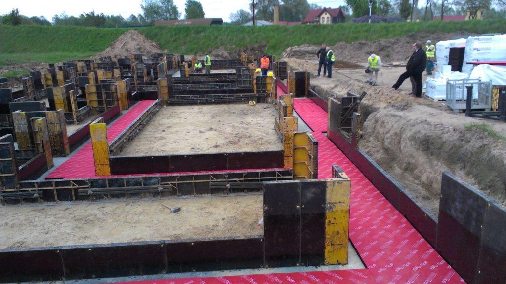 Fundamenty - Sulechów 1 rozkładanie mat na chudym betonie