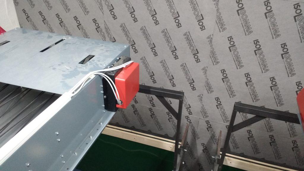 Izolacja ściany na kręgielni w pałacu w Wiechlicach. Jako główną przegrodę zastosowano płytę z granulatu gumowego o dużej gęstości – Mustwall 20.